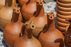 Παραδοσιακές της Γεωργίας κανάτες αργίλου για την πώληση στο χωριό Shrosh Στοκ φωτογραφία με δικαίωμα ελεύθερης χρήσης
