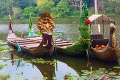 Παραδοσιακές khmer βάρκες με τα χαρασμένα τόξα Στοκ φωτογραφία με δικαίωμα ελεύθερης χρήσης