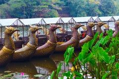 Παραδοσιακές khmer βάρκες με τα χαρασμένα τόξα Στοκ Εικόνες