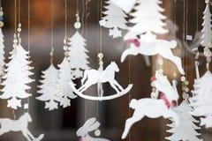 Παραδοσιακή έκθεση διασκέδασης χειμερινών χωρών των θαυμάτων του Χάιντ Παρκ με τους στάβλους τροφίμων και ποτών, ιπποδρόμια, στοκ φωτογραφία με δικαίωμα ελεύθερης χρήσης
