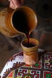 Παραδοσιακή έκχυση κρασιού Στοκ Εικόνα