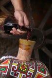 Παραδοσιακή έκχυση κρασιού Στοκ Εικόνες