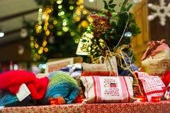 Παραδοσιακή αγορά Χριστουγέννων με τα χειροποίητα αναμνηστικά στοκ φωτογραφίες με δικαίωμα ελεύθερης χρήσης
