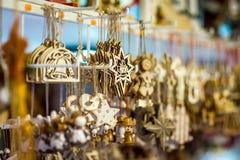 Παραδοσιακή αγορά Χριστουγέννων με τα χειροποίητα αναμνηστικά στοκ εικόνα