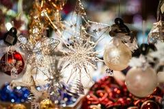 Παραδοσιακή αγορά Χριστουγέννων με τα χειροποίητα αναμνηστικά Στοκ Εικόνες