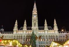 Παραδοσιακή αγορά Χριστουγέννων σε Rathaus στη Βιέννη τη νύχτα στοκ φωτογραφία