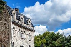 Παραδοσιακή αρχιτεκτονική των κατοικημένων κτηρίων Γαλλία Παρίσι Στοκ Φωτογραφίες