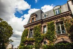 Παραδοσιακή αρχιτεκτονική των κατοικημένων κτηρίων Γαλλία Παρίσι Στοκ Εικόνες