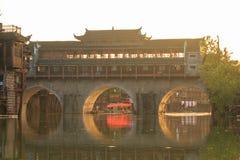 Παραδοσιακή ασιατική γέφυρα που διασχίζει το κανάλι Ασιατική ασιατική αρχιτεκτονική Στοκ Εικόνα