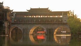 Παραδοσιακή ασιατική γέφυρα που διασχίζει το κανάλι Ασιατική ασιατική αρχιτεκτονική Στοκ Φωτογραφίες