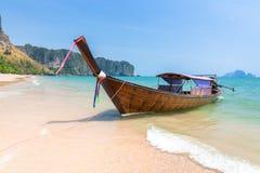 Παραδοσιακή βάρκα μακρύς-ουρών στην παραλία, Krabi, Ταϊλάνδη Στοκ φωτογραφία με δικαίωμα ελεύθερης χρήσης