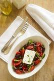 Παραδοσιακή ελληνική σαλάτα με τα φρέσκα λαχανικά, το τυρί φέτας και τις ελιές Στοκ εικόνα με δικαίωμα ελεύθερης χρήσης