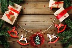 Παραδοσιακή διακόσμηση Χριστουγέννων με τα εκλεκτής ποιότητας παιχνίδια Χριστουγέννων Στοκ Εικόνα
