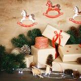 Παραδοσιακή διακόσμηση Χριστουγέννων με τα εκλεκτής ποιότητας παιχνίδια Χριστουγέννων Στοκ Φωτογραφίες