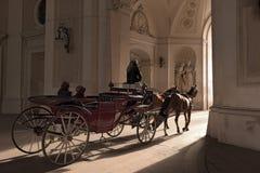 Παραδοσιακή ιππασία σε ένα horse-drawn Fiaker Αυστρία Βιέννη Στοκ εικόνα με δικαίωμα ελεύθερης χρήσης