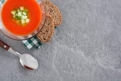 Παραδοσιακή ισπανική κρύα σούπα gazpacho στην γκρίζα πέτρα Στοκ εικόνα με δικαίωμα ελεύθερης χρήσης