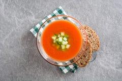 Παραδοσιακή ισπανική κρύα σούπα gazpacho στην γκρίζα πέτρα Στοκ Εικόνα