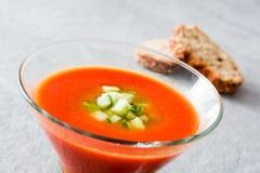 Παραδοσιακή ισπανική κρύα σούπα gazpacho στην γκρίζα πέτρα Στοκ φωτογραφίες με δικαίωμα ελεύθερης χρήσης