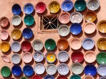 Παραδοσιακή μαροκινή αγγειοπλαστική στην αγορά Στοκ Φωτογραφίες