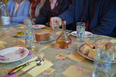 Παραδοσιακή δοκιμή βότκας σε ένα ρωσικό σπίτι Στοκ Εικόνες