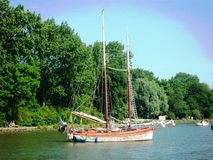 Παραδοσιακή ολλανδική πλέοντας βάρκα σε ένα από τα λιμάνια σε Hoorn, Ολλανδία, οι Κάτω Χώρες στοκ εικόνες