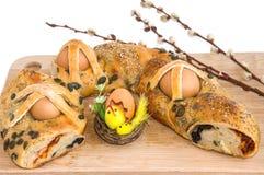 Παραδοσιακή πίτα με τα αυγά, τη διακόσμηση Πάσχας και τους κλάδους ιτιών Στοκ φωτογραφία με δικαίωμα ελεύθερης χρήσης