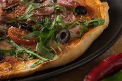 Παραδοσιακή πίτσα με το prosciutto και το arugula Στοκ εικόνες με δικαίωμα ελεύθερης χρήσης