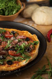 Παραδοσιακή πίτσα με το prosciutto και το arugula Στοκ Φωτογραφία