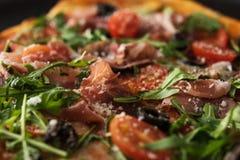 Παραδοσιακή πίτσα με το prosciutto και το arugula Στοκ φωτογραφία με δικαίωμα ελεύθερης χρήσης