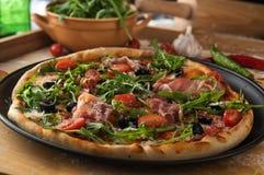 Παραδοσιακή πίτσα με το prosciutto και το arugula Στοκ Εικόνες