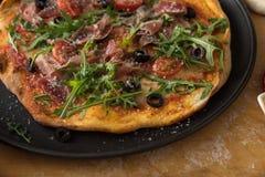 Παραδοσιακή πίτσα με το prosciutto και το arugula Στοκ Εικόνα