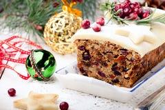 Παραδοσιακή πουτίγκα κέικ φρούτων Χριστουγέννων με το αμυγδαλωτό και το το βακκίνιο Στοκ εικόνες με δικαίωμα ελεύθερης χρήσης