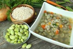 Παραδοσιακή σούπα φασολιών fava που γίνεται με τα λαχανικά κήπων στοκ φωτογραφία