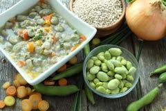 Παραδοσιακή σούπα φασολιών fava που γίνεται με τα λαχανικά κήπων στοκ εικόνες