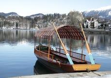 Παραδοσιακή σλοβένικη βάρκα στη λίμνη που αιμορραγείται, Σλοβενία Στοκ Φωτογραφία