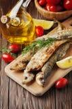 Παραδοσιακή τήξη ψαριών Rrussian στον ξύλινο πίνακα Στοκ Φωτογραφία