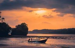 Παραδοσιακή ταϊλανδική παραλία AO Nang Krabi ηλιοβασιλέματος βαρκών Στοκ εικόνα με δικαίωμα ελεύθερης χρήσης