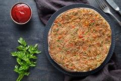 Παραδοσιακή τουρκική γαστρονομική πίτσα Lahmacun με το κομματιασμένο κρέας βόειου κρέατος ή αρνιών Στοκ Εικόνες