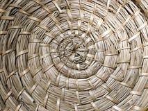 Παραδοσιακή λυγαριά σύστασης ύφανσης ινδικού καλάμου, ύφανση κύκλων, σπειροειδής ύφανση Στοκ Φωτογραφία