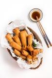 Παραδοσιακοί ασιατικοί τηγανισμένοι ρόλοι ανοίξεων με τη βύθιση της σάλτσας Στοκ Φωτογραφία