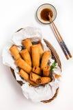 Παραδοσιακοί ασιατικοί τηγανισμένοι ρόλοι ανοίξεων με τη βύθιση της σάλτσας Στοκ Εικόνες