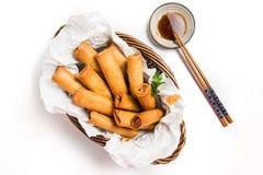 Παραδοσιακοί ασιατικοί τηγανισμένοι ρόλοι ανοίξεων με τη βύθιση της σάλτσας Στοκ εικόνα με δικαίωμα ελεύθερης χρήσης