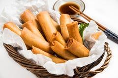 Παραδοσιακοί ασιατικοί τηγανισμένοι ρόλοι ανοίξεων με τη βύθιση της σάλτσας Στοκ εικόνες με δικαίωμα ελεύθερης χρήσης