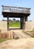 Παραδοσιακοί αψίδα και πύργος στο ιστορικό πάρκο Yoshinogari στοκ εικόνες