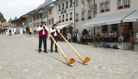 Παραδοσιακοί ελβετικοί μουσικοί alphorn ιστορικά κοστούμια στη γραβιέρα Στοκ φωτογραφία με δικαίωμα ελεύθερης χρήσης