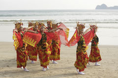 Παραδοσιακοί ινδονησιακοί χορευτές στην παραλία Merah, Banyuwangi Στοκ Εικόνες