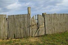 Παραδοσιακοί ξύλινοι πύλη και φράκτης στοκ εικόνα με δικαίωμα ελεύθερης χρήσης