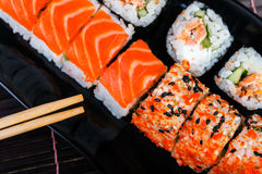 Παραδοσιακοί ρόλοι στο χαλί μπαμπού το ιαπωνικό ακατέργαστο ύφος σκουμπριών τροφίμων κιβωτίων έξω παίρνει τρία Στοκ Εικόνες