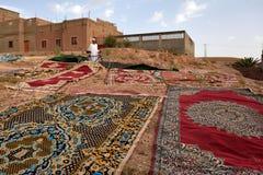 Παραδοσιακοί τάπητες berber που ξεραίνουν σε υπαίθριο Στοκ Φωτογραφίες