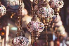 Παραδοσιακοί τουρκικοί λαμπτήρες στο κατάστημα οδών στη Ιστανμπούλ Στοκ Εικόνες